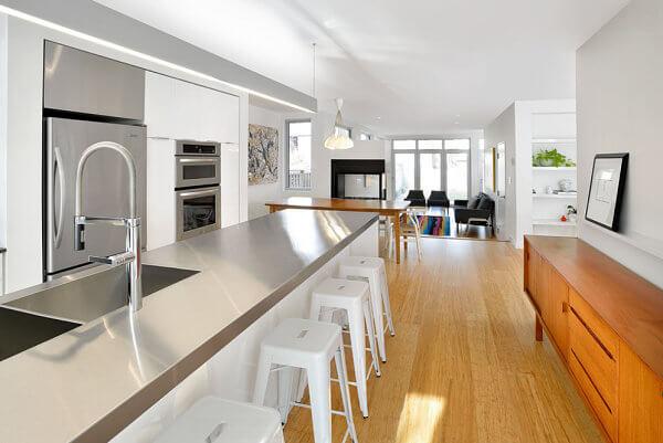 15キッチンをジャズアップする驚くべきステンレス鋼のカウンタートップのアイデア14