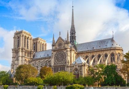 画像には、尖塔、尖塔、建物、建築、塔、教会、大聖堂が含まれる場合があります