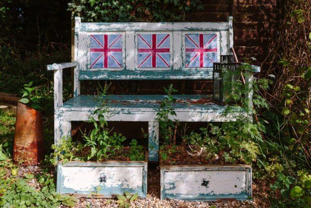 英国のフリーマーケットで椅子に行く。
