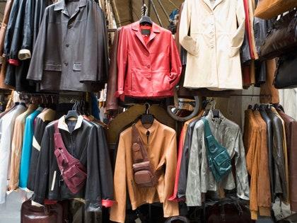 画像に含まれる可能性のあるもの:衣料品、アパレル、袖、長袖、ブティック、およびショップ
