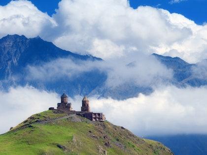 画像には、自然、屋外、山脈、山、田舎、ピーク、天気、丘、風景、空、積雲が含まれる場合があります