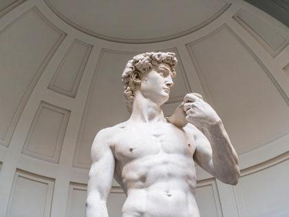 画像に含まれる可能性のあるもの:David、Art、Sculpture、Statue、Human、Person、およびTorso