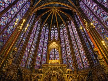 画像に含まれる可能性のあるもの:アート、建物、建築、教会、祭壇、ステンドグラス
