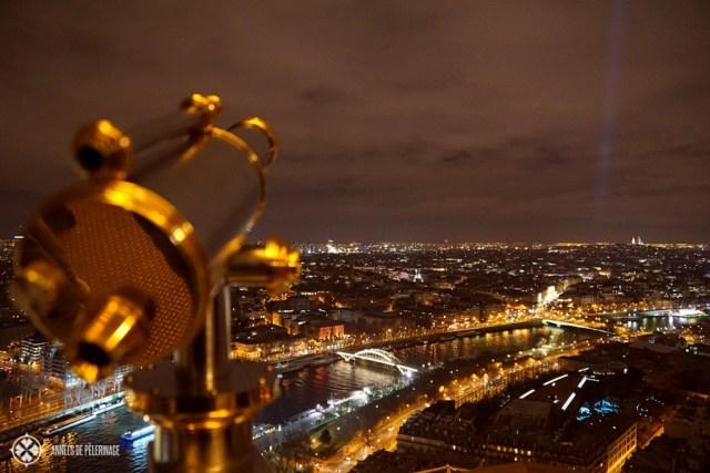 パリで行う多くの素晴らしいことの1つ:夜にアイフェルタワーからの眺めを楽しむ
