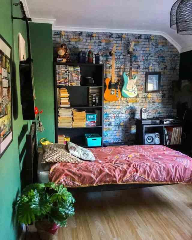 スポーツと音楽アイテムの寝室の壁の装飾のアイデア