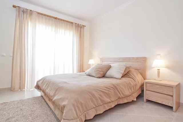 ニュートラルな自由奔放に生きるミニマリストの寝室のアイデア