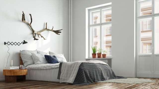 木製と金属の寝室の壁の装飾のアイデア