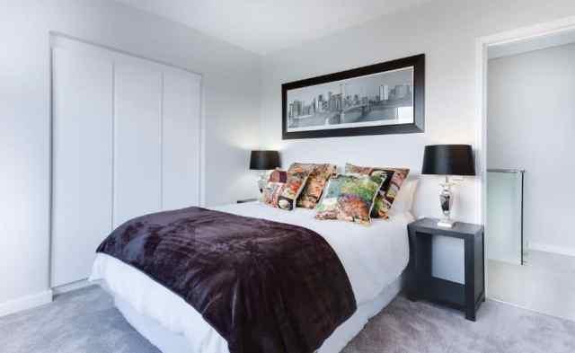 黒と白のモダンなベッドルームのアイデア1