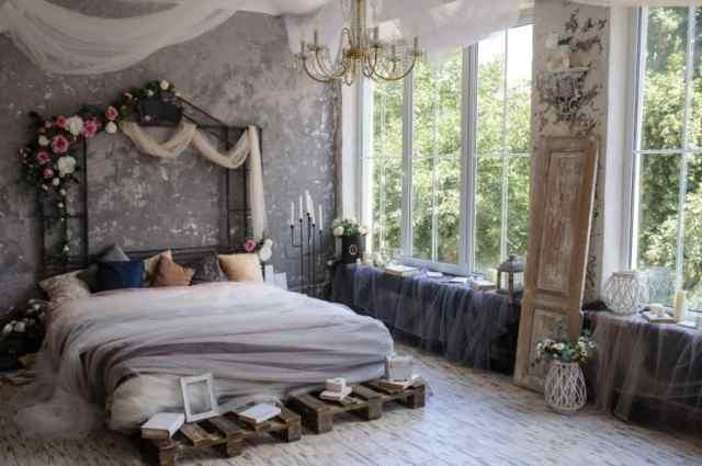 ロマンチックな寝室のアイデアを飾る