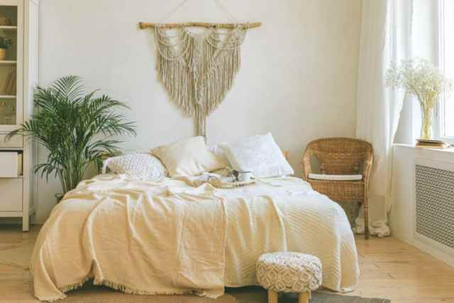 明るく居心地の良いロマンチックなベッドルームのアイデア1