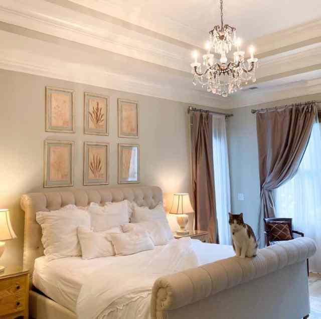明るく居心地の良いロマンチックなベッドルームのアイデアホステストゥデイ