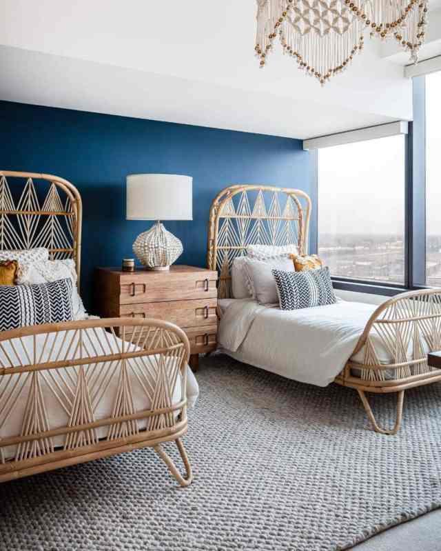 現代の自由奔放に生きる寝室のアイデアnataliebachlidesign