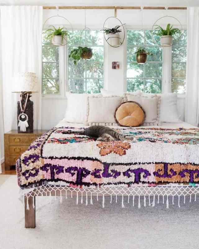 現代の自由奔放に生きる寝室のアイデアskaynedesigns