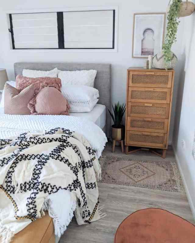 現代の自由奔放に生きる寝室のアイデアthedustypoppy