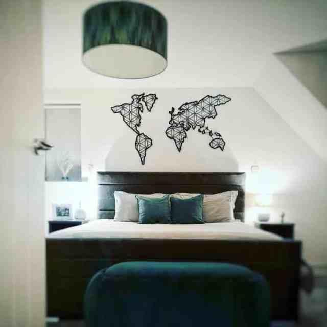木製と金属の寝室の壁の装飾のアイデアThroughdoor19