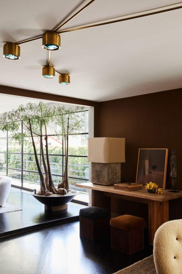 画像には家具リビングルーム屋内ルームインテリアデザインランプテーブルランプとテーブルが含まれている場合があります