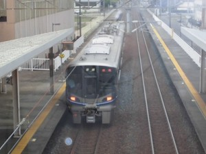 越前花堂駅を知っていますか。 敦賀駅行き普通列車が出発/どこまでもアマチュア
