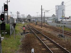 越前花堂駅を知っていますか。 ホームの一番福井駅寄りに立って列車の到着を待つ/どこまでもアマチュア