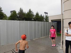 水泳大会の応援に行って来ました。 フェンスで仕切られていた隣の屋内プール/どこまでもアマチュア