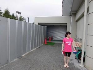 水泳大会の応援に行って来ました。 フェンスで囲まれていた隣の屋内プール/どこまでもアマチュア