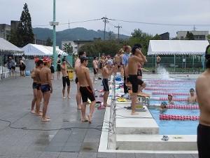 水泳大会の応援に行って来ました。 真剣な表情でウォーミングアップをする選手達/どこまでもアマチュア