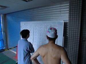 水泳大会の応援に行って来ました。 競技結果を確認している選手達/どこまでもアマチュア