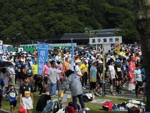 第50回越前大野名水マラソン 選手集合場所の選手たちの様子/どこまでもアマチュア