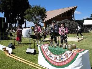 六呂師高原アルプス音楽祭2014 にぎやかに演奏するアルプス音楽団/どこまでもアマチュア