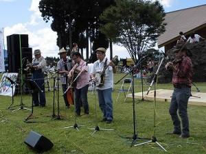 六呂師高原アルプス音楽祭2014 始まったデッドストックのステージ/どこまでもアマチュア