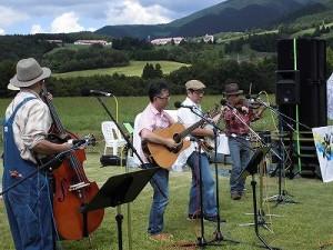 六呂師高原アルプス音楽祭2014 高原をバックに軽快に演奏するデッドストック/どこまでもアマチュア