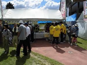 六呂師高原アルプス音楽祭2014 来場者が集まっている食ブース/どこまでもアマチュア