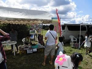 六呂師高原アルプス音楽祭2014 やぎさんにあげるエサを購入する親子連れ/どこまでもアマチュア