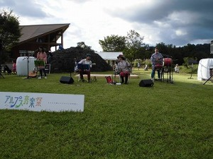 六呂師高原アルプス音楽祭2014 三線と衣装からも沖縄のイメージが伝わるふみんちゅ/どこまでもアマチュア