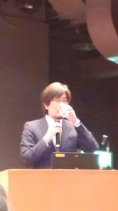 「投資の日」記念イベント 水を飲む三橋貴明氏/どこまでもアマチュア