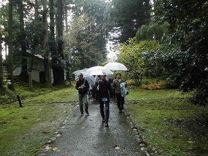 ふるさとの魅力を語ろう!景観づくり団体のつどい 雨の中石段を進む視察団の行列/どこまでもアマチュア