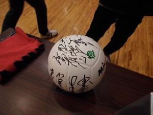 はつらつママさんバレーボールin大野 ドリームチーム選手全員のサインが入ったボール/どこまでもアマチュア