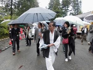 ふるさとの魅力を語ろう!景観づくり団体のつどい 雨の中をどんどん進む視察団の行列/どこまでもアマチュア