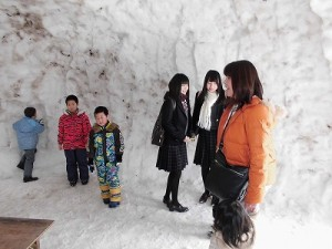 さかだに雪まつり 巨大かまくらの中にいるお客さんたち/どこまでもアマチュア