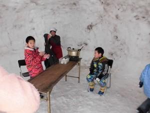さかだに雪まつり 甘酒ができるのを待つお兄ちゃんたち/どこまでもアマチュア