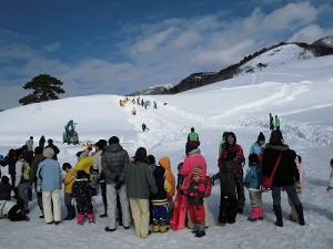 さかだに雪まつり 先行者の滑走を見ながら順番待ちをするお客さんたち/どこまでもアマチュア