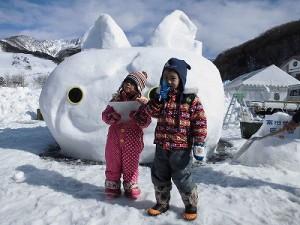 さかだに雪まつり 雪像づくりコンクール ジバニャンの雪像前で記念撮影/どこまでもアマチュア