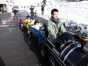 さかだに雪まつり かわいいお客さんが乗っている機関車/どこまでもアマチュア