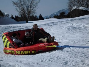 さかだに雪まつり ボート乗りを楽しむお客さん/どこまでもアマチュア