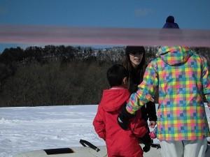 さかだに雪まつり 今からバナナボートに乗る親子/どこまでもアマチュア
