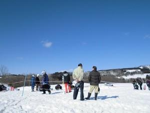さかだに雪まつり スノーモービル体験会場上空の青空/どこまでもアマチュア