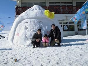 さかだに雪まつり 雪像づくりコンクール さかずきんちゃんの雪像前でポーズをとる親子/どこまでもアマチュア