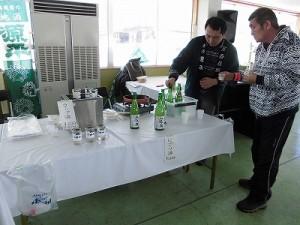 さかだに雪まつり 源平さんのにごり酒を試飲するお客さん/どこまでもアマチュア