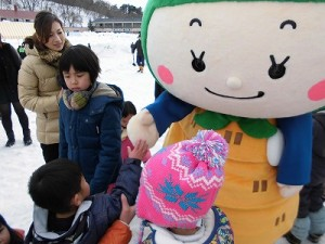 さかだに雪まつり さかずきんちゃんに握手を求める子供たち/どこまでもアマチュア