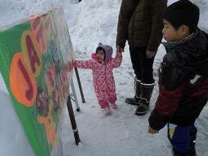 さかだに雪まつり 雪像づくりコンクール アンパンマンの表示を見る子どもたち/どこまでもアマチュア