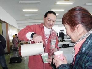 さかだに雪まつり コーヒーをサービスしているヒロさん/どこまでもアマチュア
